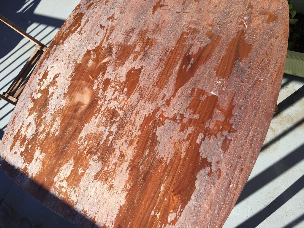 ニスを塗って失敗したテーブル