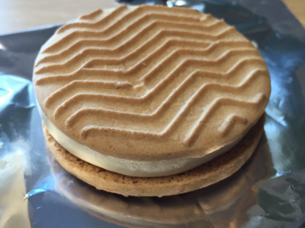 セブン バターが贅沢に香るクッキーサンド 塩キャラメル味
